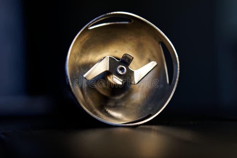搅拌器的转动的刀子喷管在黑暗的背景 烹调的设备 图库摄影
