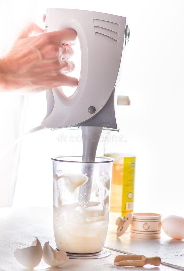 搅拌器鞭打蛋黄酱或奶油 免版税库存照片