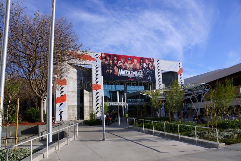 以搏斗的超级明星为特色的Wrestlemania海报在buil垂悬 库存照片