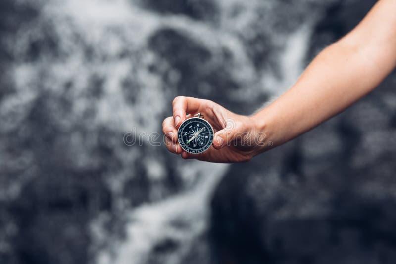 搜寻与指南针在瀑布, P的妇女探险家方向 图库摄影