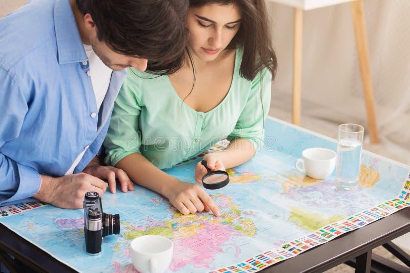 搜寻在地图,计划的假期的夫妇最佳的路线 库存照片