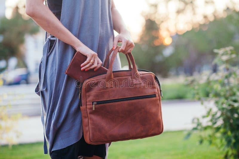 搜寻在她的提包的材料的妇女 免版税库存照片