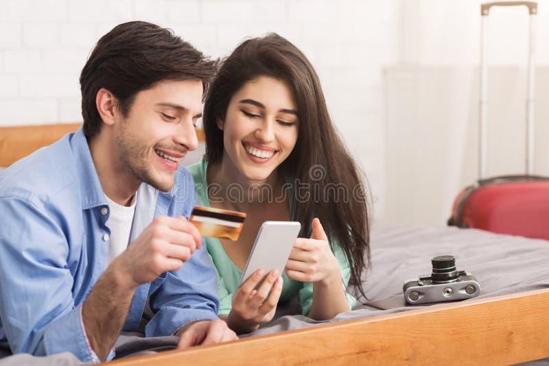 搜寻游览 爱的夫妇预定的旅行在网上 免版税库存照片