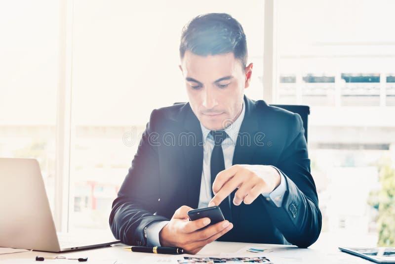 搜寻网上信息和数据的经理事务在明亮的现代办公室 免版税库存照片