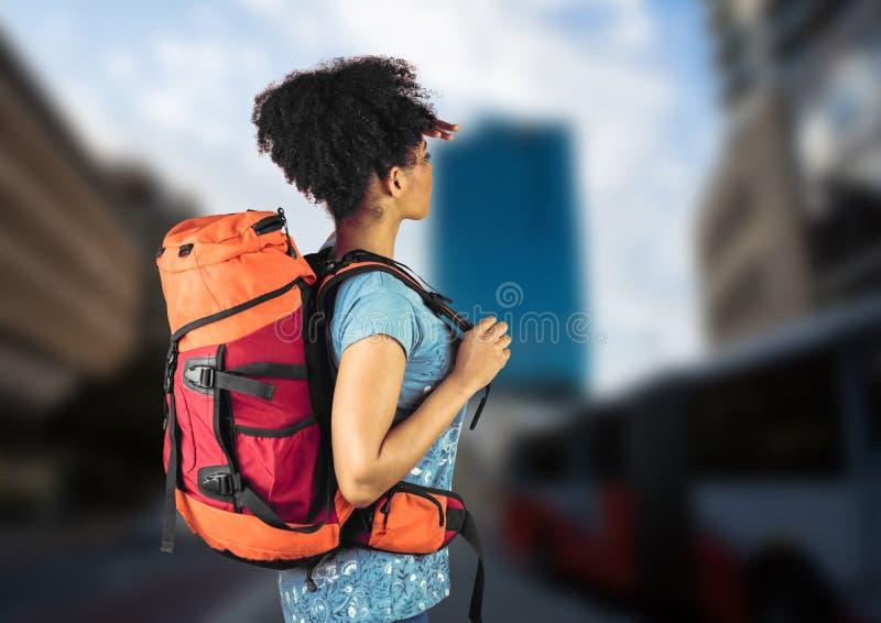 搜寻在模糊的街道上的千福年的背包徒步旅行者 免版税库存照片