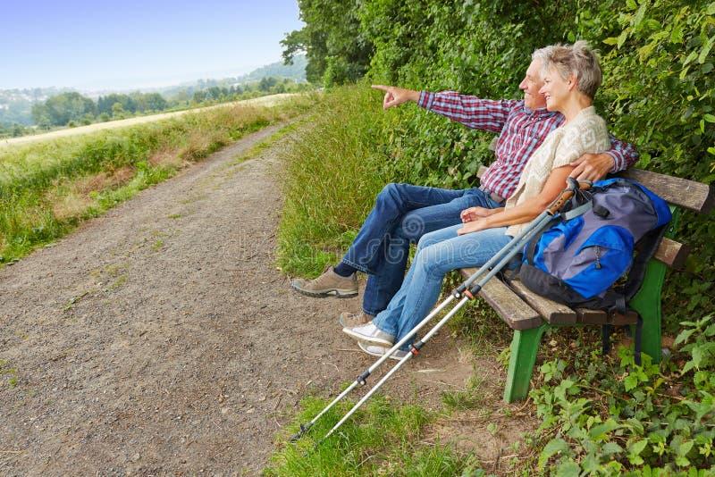 搜寻在长凳的资深夫妇目标 免版税库存图片