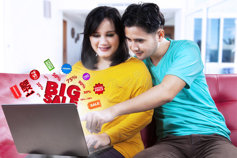 搜寻大销售提议的亚洲夫妇 库存照片