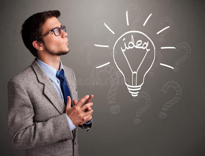 搞到一个电灯泡想法标志的年轻男孩 免版税库存照片