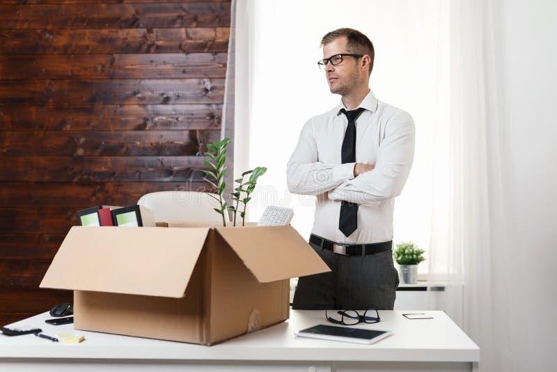 搬入一个新的办公室的商人 免版税图库摄影
