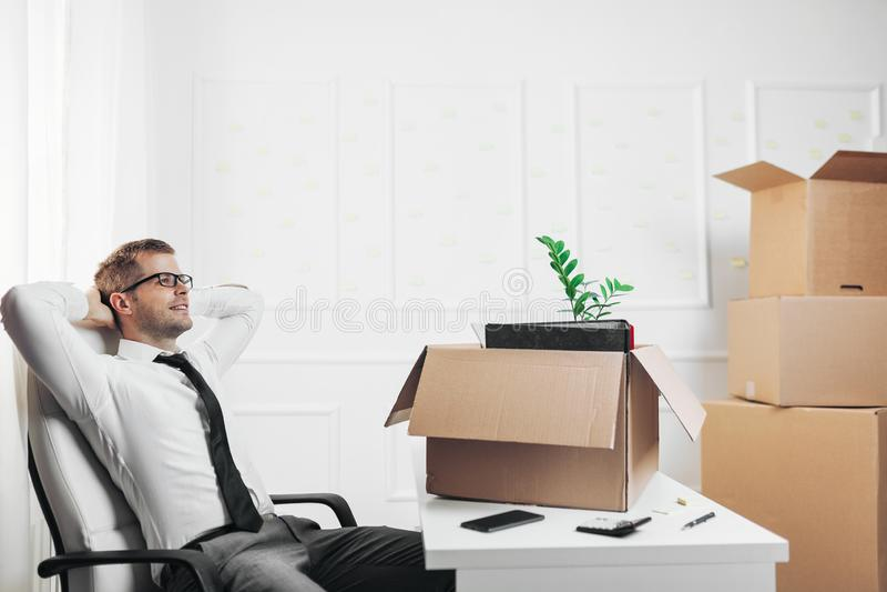 搬入一个新的办公室的商人 免版税库存照片