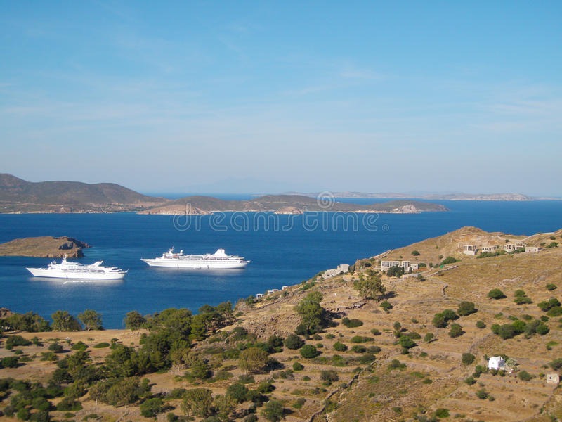 搬入Skala港口城市的两艘游轮在拔摩岛,希腊 库存图片