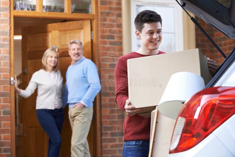 搬出父母的家的成人儿子 免版税库存照片