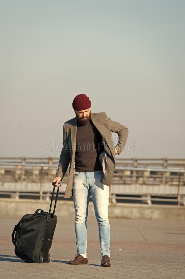 搬到单独新的城市 带着手提箱的旅客到达机场火车站都市背景 准备好的行家享用 库存图片