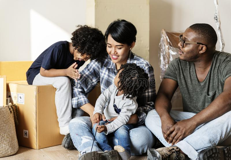 搬到新房的黑家庭 免版税库存照片