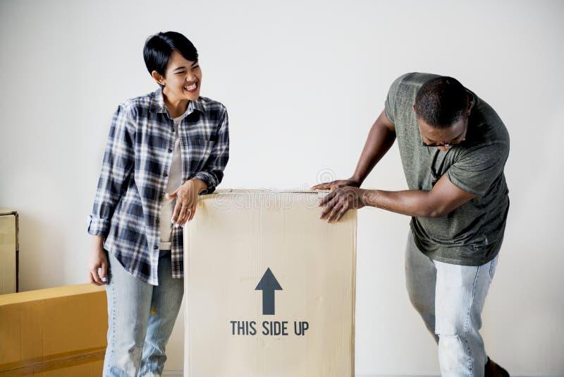 搬到新房的黑家庭 免版税库存图片