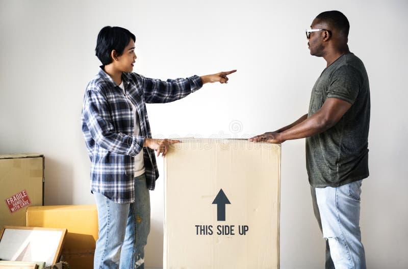 搬到新房的黑家庭 免版税图库摄影