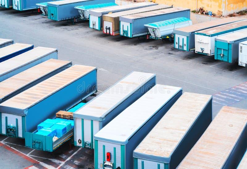 搬运车无盖货车在卡利亚里港的  库存图片
