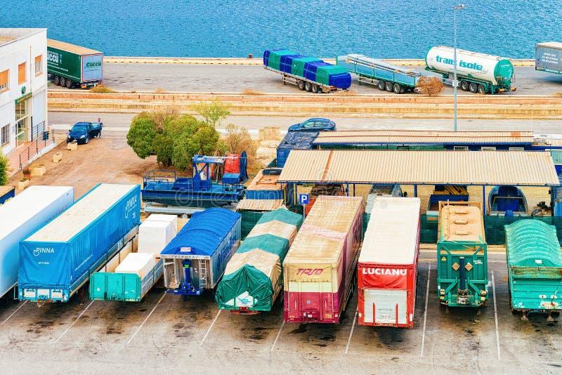 搬运车无盖货车在卡利亚里港的  免版税库存图片