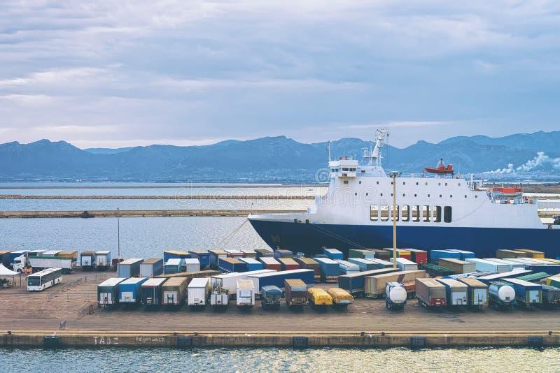 搬运车无盖货车在港卡利亚里 免版税库存照片