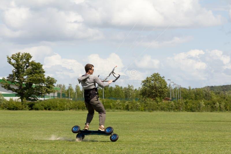 搭乘gr风筝少年二自行车前轮离地平衡 库存图片