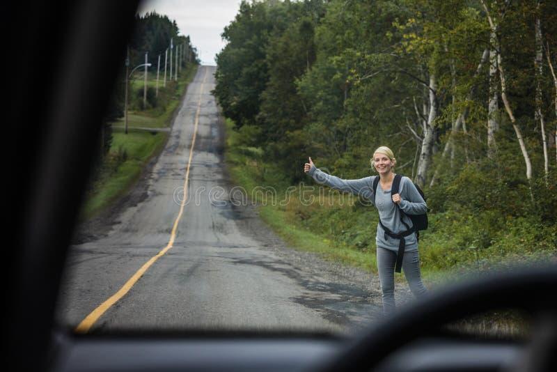 搭车白肤金发的妇女 免版税图库摄影