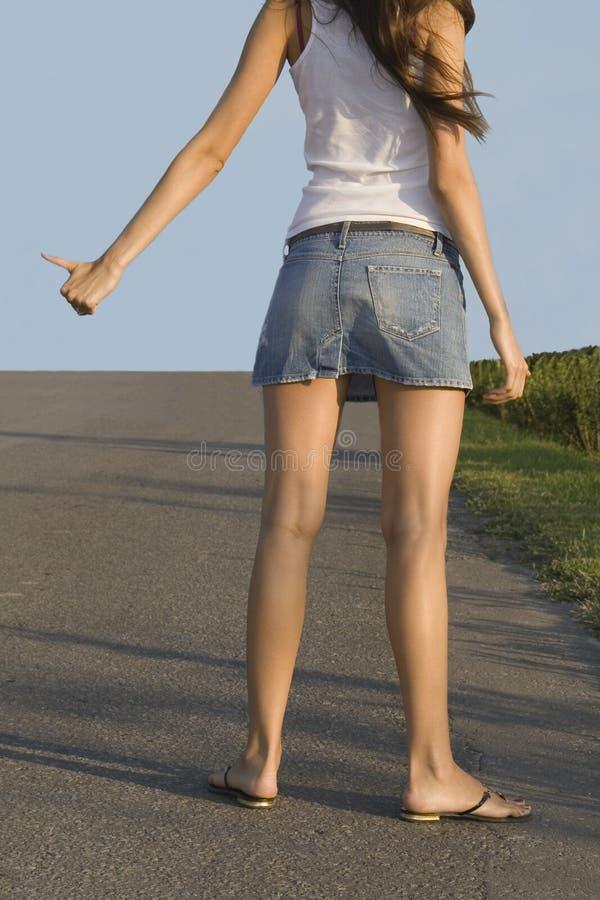 搭车街道的女孩 库存图片
