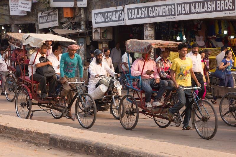 搭载乘客的轮转人力车在新德里,印度 图库摄影