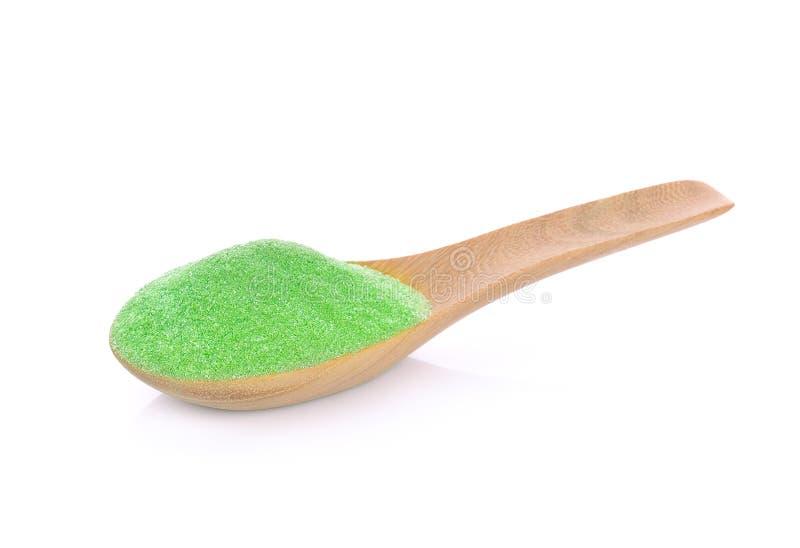 搽粉与在白色背景隔绝的竹匙子的绿茶 免版税库存图片