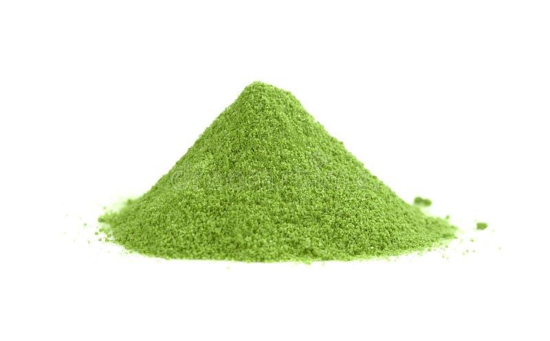 搽粉的小山绿茶,在白色bac隔绝的绿色粉末堆 免版税图库摄影