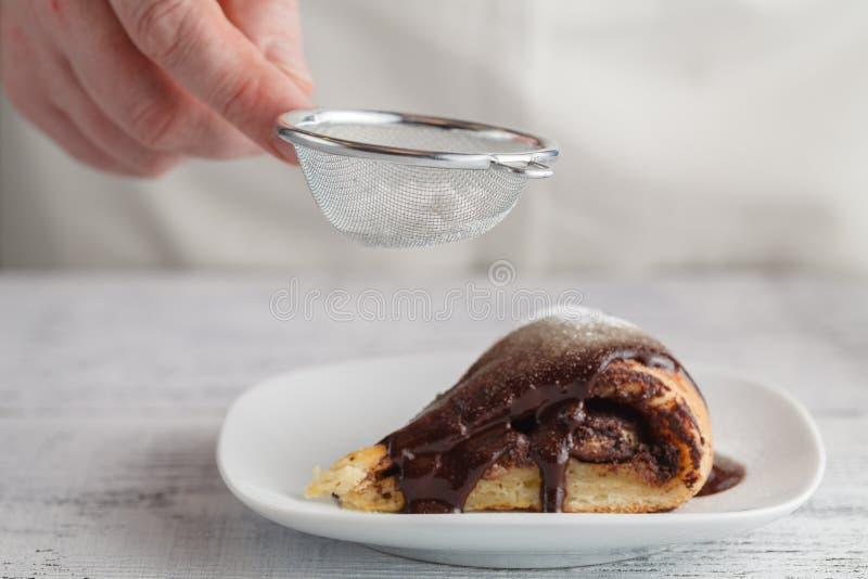 搽粉的糖在巧克力蛋糕洒 免版税库存照片