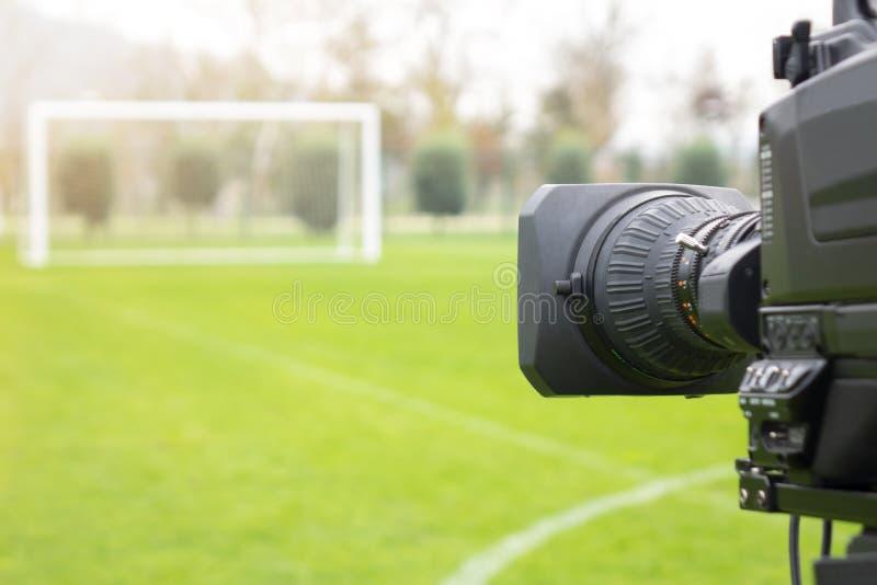 摄像头投入了在广播的橄榄球目标背面在电视体育渠道 橄榄球节目不能编辑在演播室 免版税库存图片