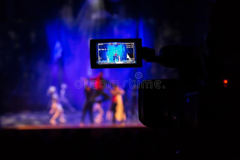 摄制从观众席的展示 在摄象机的LCD反光镜 戏剧演出 阶段的演员 库存照片