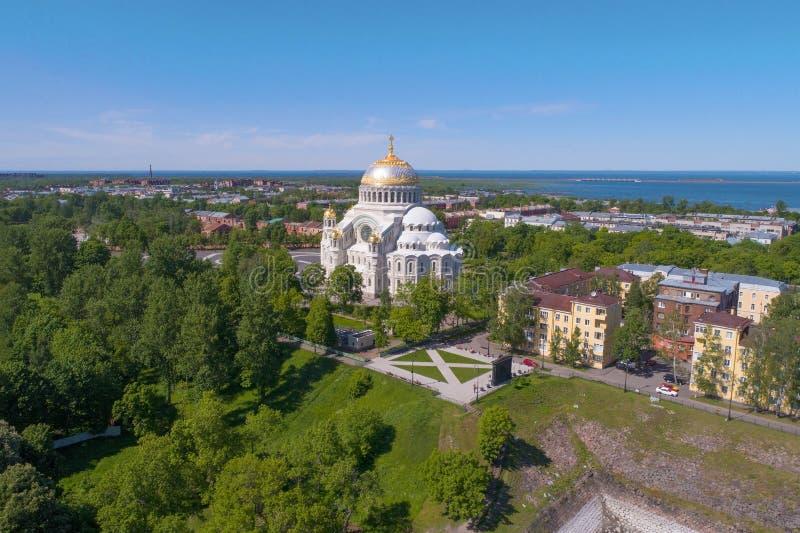 摄制从quadcopter的圣尼古拉斯海军大教堂 喀琅施塔得,俄罗斯 图库摄影