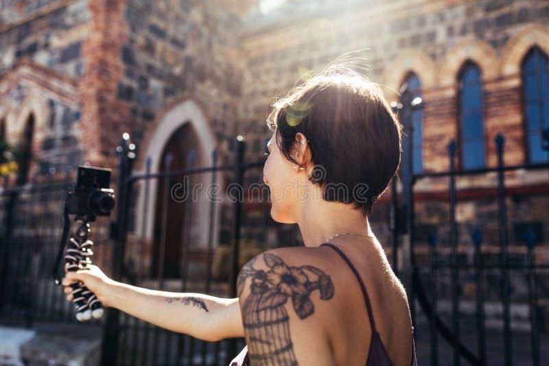 摄制她的每日录影日志的Vlogger 库存图片
