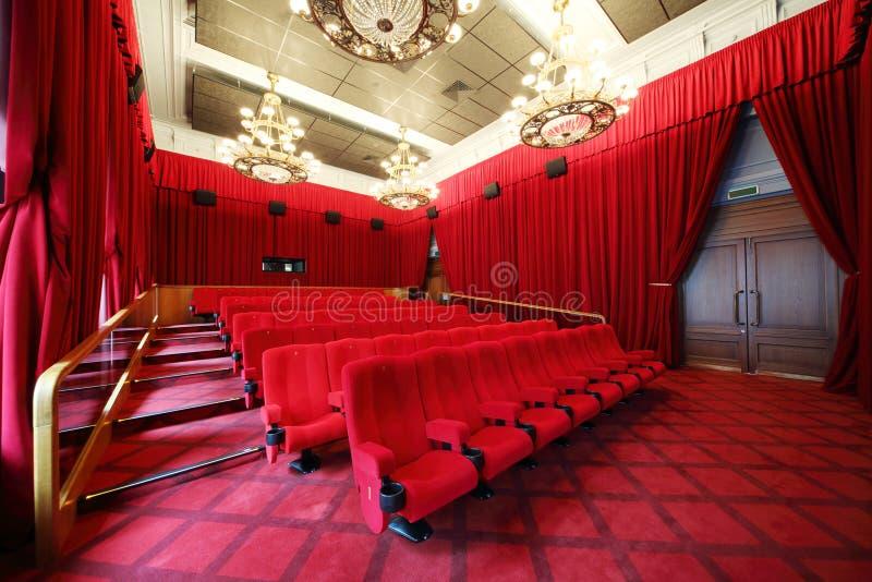摄制有位子枝形吊灯和行的剧院  免版税图库摄影