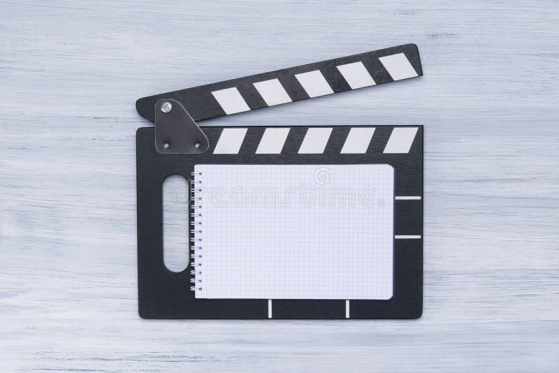 摄制的一部电影木拍板主任在灰色白色背景 免版税库存照片