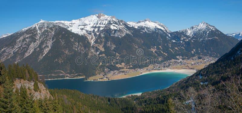 摄影奥地利风景有对湖achensee和rofa的看法 免版税库存图片