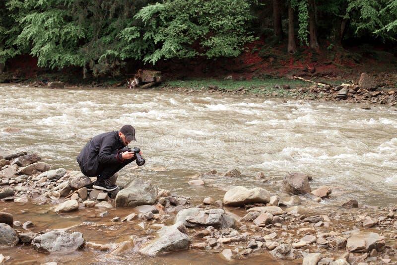 Download 摄影师为粗砺的河照相 库存照片. 图片 包括有 岩石, 火箭筒, 摄影师, 生活方式, 背包, 旅游业, 游人 - 72368008