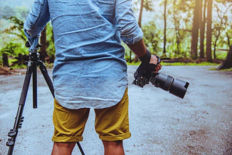摄影师亚洲人旅行自然 r 自然课 在公园在夏天 国立公园doi inthanon 免版税库存照片