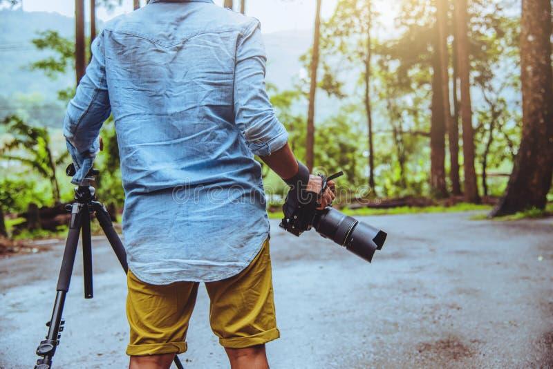 摄影师亚洲人旅行自然 r 自然课 在公园在夏天 国立公园doi inthanon 库存图片