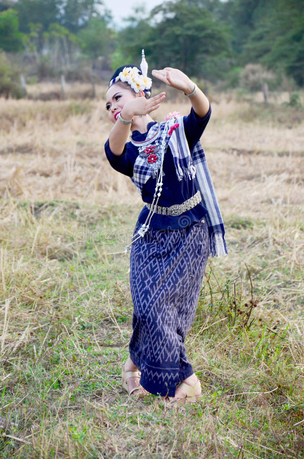 摄影师作为的女孩phu tai人舞蹈泰国样式展示 免版税库存图片