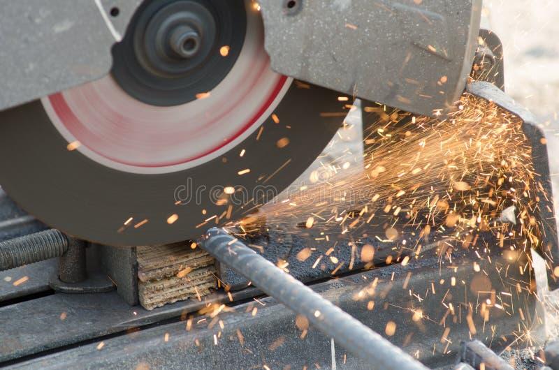 摄影师使用钢丝钳为了使用铁 免版税库存图片
