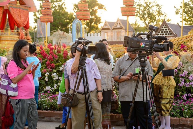 摄影师准备射击晚间新闻,曼谷,泰国 免版税图库摄影