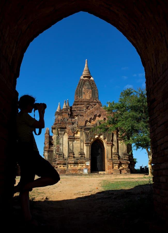 摄影师剪影曲拱的在对塔的入口 免版税库存图片