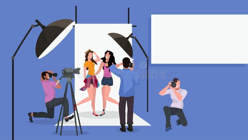摄影师合作射击美女的专业人一起摆在现代照相馆内部的时装模特儿 库存例证