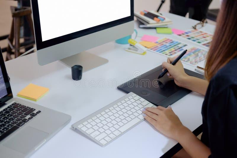 年轻摄影师和图表设计师在工作在办公室 图库摄影