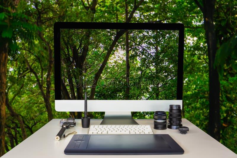摄影师图表设计师与自然森林的工作表 免版税库存图片