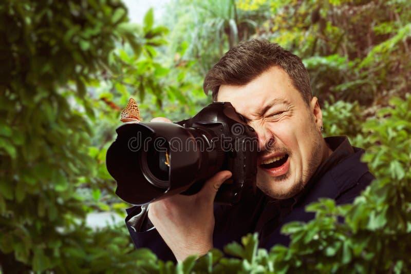 摄影师在工作,在摄象机镜头的蝴蝶 库存图片