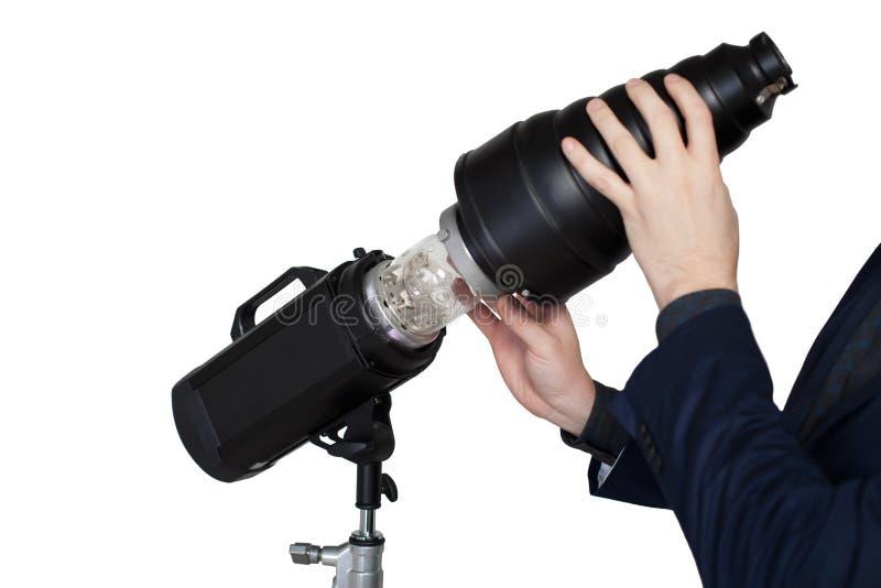 摄影师手在演播室调整照明设备 免版税库存照片