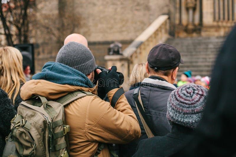 摄影师拍在人群的一张照片 免版税图库摄影